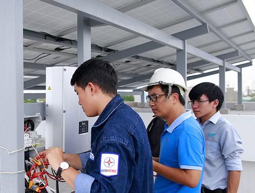 Tổng Công ty Điện lực TP HCM lắp đặt công-tơ 2 chiều tại nhà một khách hàng ở quận 9.